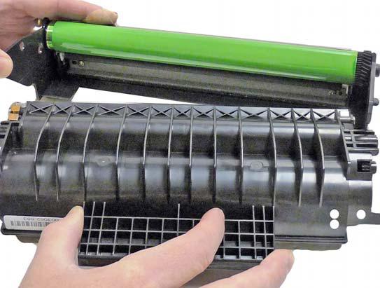 5 выталкиваем штифт барабанной оси при помощи плоской отвертки